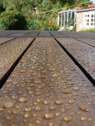 Les saturateurs protègent le bois des rayons UV et le rendent imperméable. Photo : Plastor