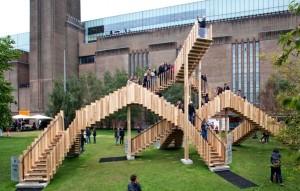 """Dernière d'une série de collaborations entre le London Design Festival et l'American Hardwood Export Council, """"L'Escalier sans fin"""" est la première structure en bois à utiliser le tulipier d'Amérique en panneaux structurels de bois massifs contrecollés en couches croisées (CLT ou Cross Laminated Timber). Photo : Jonas Lencer"""